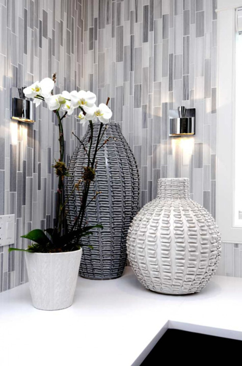 Interiors atmosphere interior design arhitektura for Grey silver bathroom accessories
